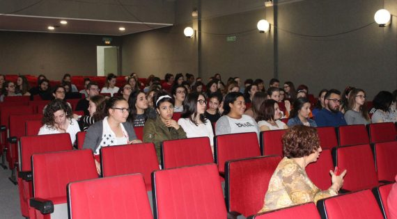 La compañía Inestable de teatro «La Atómica» de la asociación Albero Artesanos actuó en el IES Berenguer Dalmau