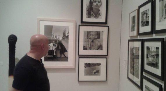 Visita a la exposición «Ni vestidos ni desarmados» en la Nau